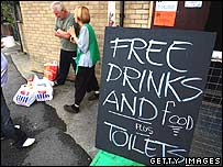Board advertising free drinks, food and toilets