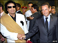 Muammar Gaddafi (left) and Nicolas Sarkozy - 25/07/2007