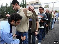 Funcionarios de Naciones Unidas cachean a refugiados iraqu�es en Damasco