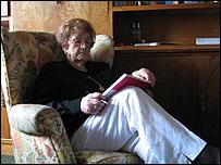 Corín Tellado en su casa leyendo