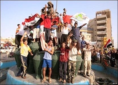 Iraqis celebrate in Baghdad the victory of their country's football team.