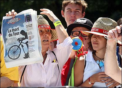 Cycling fans display their frustration