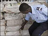 Policía senegalés con un alijo de cocaína