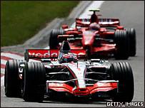Un auto de McLaren, perseguido por otro de Ferrari