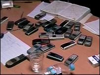 Celulares en la oficina de una red de trata internacional de mujeres desarticulada en Atenas, Grecia.
