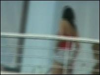 Mujer víctima de la trata en el piso de una red de trata internacional desarticulada en Atenas, Grecia.