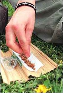 Joven preparando cannabis para fumar