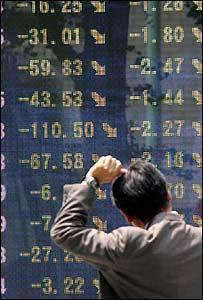 Persona observa indicador sobre resultados bursátiles.