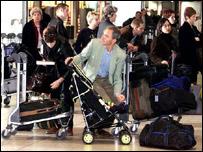 Люди в очереди в аэропорту