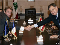 French Foreign Minister Bernard Kouchner, left, shakes hands with Lebanese Prime Minister Fouad Siniora (27 July, 2007)