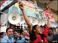 Iraqi police and supporters anticipate Iraq's appearance in the Asian cup final 29/07/07