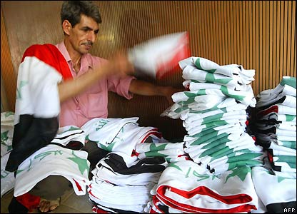 A shopkeeper folds Iraqi flags in Baghdad - 29/07/2007