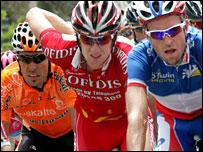 Bradley Wiggins flanks French champion Christophe Moreau