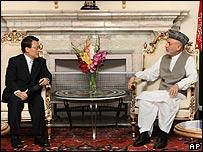 South Korean envoy Bae Hyung-Kyu and Afghan President Hamid Karzai