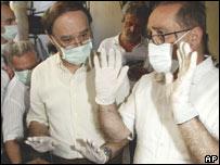 Los profesores Giorgio Gruppioni (a la derecha, con las manos en alto), y Bruno Andreolli .
