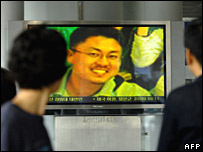 Shim Sung-min is seen on TV screen at a railway station in Seoul - 31/07/07