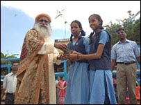 Sadhguru Jaggi Vasudev con voluntarios, en 2006