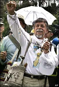 Gustavo Moncayo saluda a estudiantes al pasar por Subia, Colombia, el martes 31 de julio de 2007