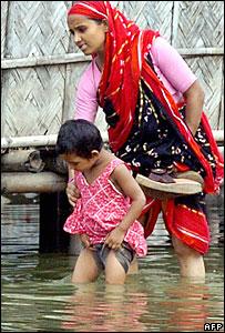 Bangladeshis evacuate amid flooding in Dhaka