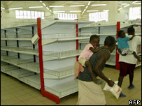 Harare shoppers in an almost empty supermarket (file picture)