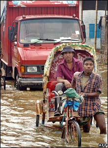 Rickshaw in flooded street in Dhaka (01/08/07)