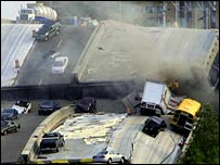 Машины на рухнувшем мосту