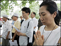 South Korean Christians pray for the hostages outside the US embassy in Seoul on 03/08/07