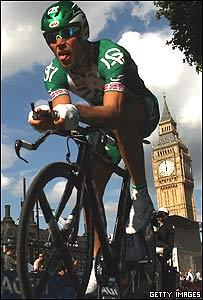 El Reloj del Big Ben, en Londres, y un corredor del Tour de Francia