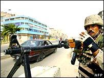Soldado iraquí armado en un puesto de control