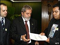 Lula y familiares de víctimas