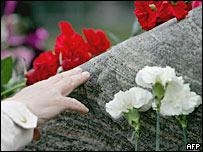 Возложение цветов к Соловецкому камню на Лубянской площади в Москве - 25 июля 2007 года