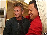 Sean Penn (Iz.) y Hugo Chávez