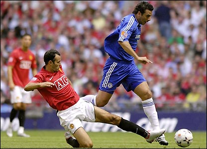 Giggs attempts to tackle Pizarro