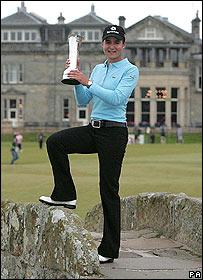 """Lorena Ochoa posa con su trofeo arropada por el """"old course"""" en St. Andrews."""