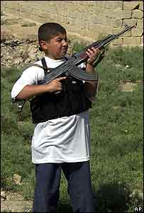 An Iraqi boy holds an insurgent's AK-47 in Falluja (archive image from 2004)