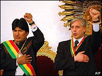 Evo Morales canta el himno de Bolivia con una mano en el coraz�n y el pu�o en alto