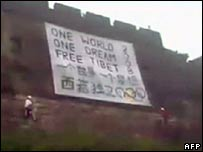 Six foreign free-Tibet activists unfurl a protest banner on the Great Wall of China