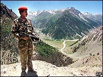 Soldado indio sobre la línea de control en Cachemira.
