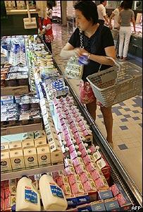 Mujer china haciendo las compras