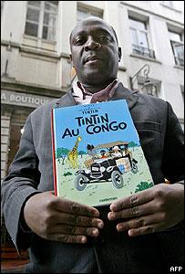 """Mbutu Mondondo con una copia de """"Tintín en el Congo"""""""