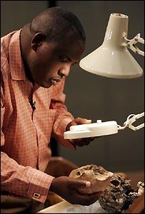 CientÃfico examina un cráneo de Homo Erectus, de hace 1,55 millones de años, hallado en Kenia en 2000.