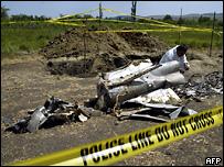 Следователь изучает обломки ракеты, найденной у Цителубани
