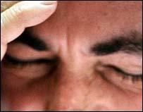 Страдающий от приступа головной боли