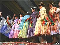 Mujeres participan en el concurso Miss Cholita 2007