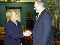 Michelle Bachelet y Craig Mundi