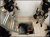 Agentes de EE.UU. inspeccionan un túnel por donde se introducía droga desde México