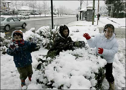 Children play in the snow in Santiago on 9 August 2007