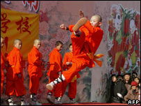 A student from one of the Shaolin martial art schools demonstrates his skills at Changdian Chinese New Year fair in Beijing (file photo)