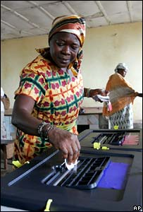 Woman casting vote in Freetown