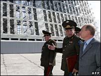 Vladimir Putin  (der.) visita la estación de radar Lekhtusi